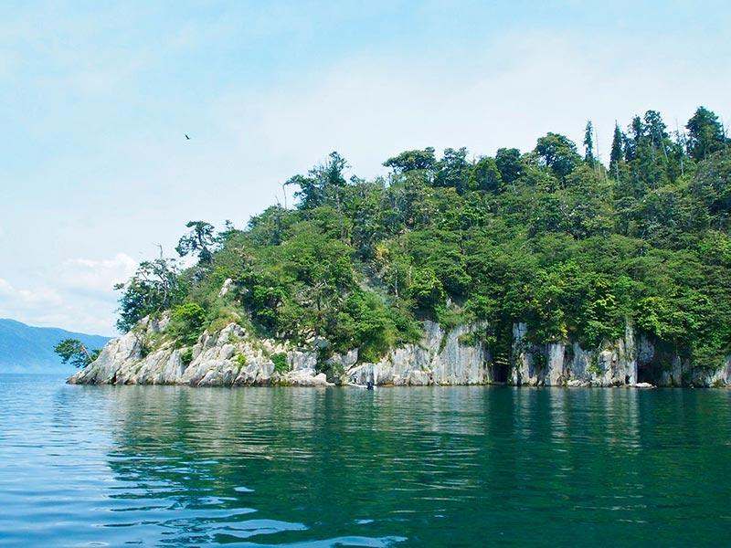 びわ湖に浮かぶ竹生島