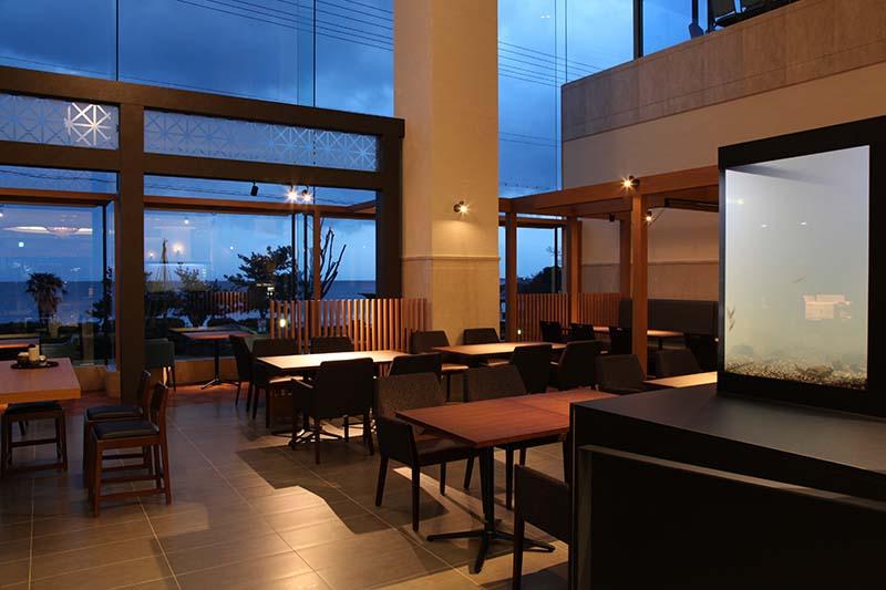夜のレストランの風景
